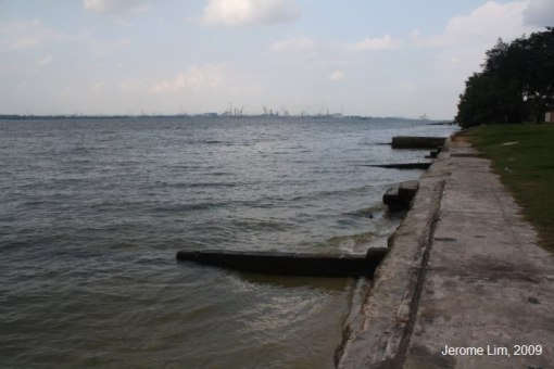 The sea wall at the end of Jalan Selimang.