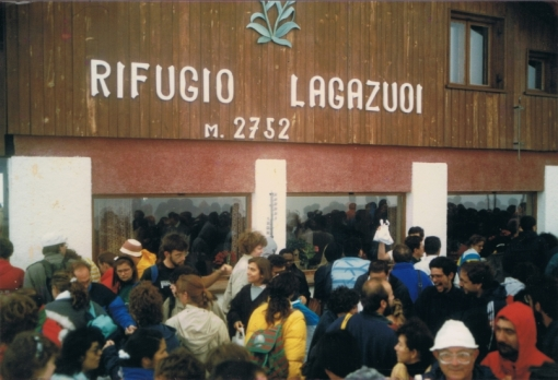 Rifugio Lagazuoi - the crowded terrace ...