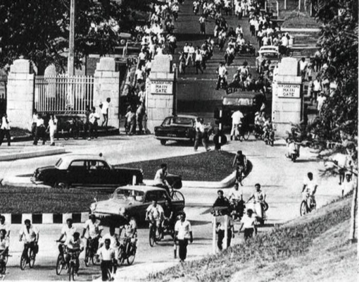 The Dockyard's gates seen in the 1960s (source: www.singas.co.uk).