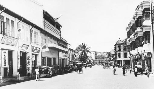 Middle Road when it would have been referred to as Chuo Dori in the 1930s. Osborne House which was to serve as the Japanese Consulate from 1939 to 1941 can be seen atop Mount Emily at the end of the street.
