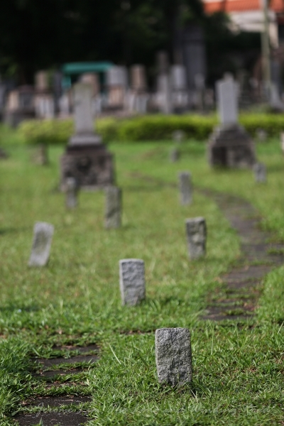 A substantial number of the graves with small headstones are thought to be those of the Karayuki-san, many of whom died penniless.