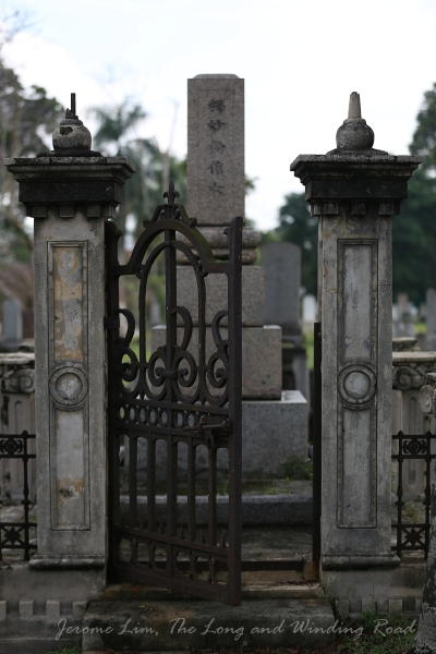 While the cemetery has a substantial number of graves of those of humble social status, there also also many graves of those of high social standing that can be found.
