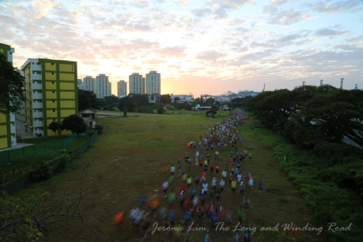 7.20 am : The rush of runners. Some 6000 runners are thought to have participated in the run.