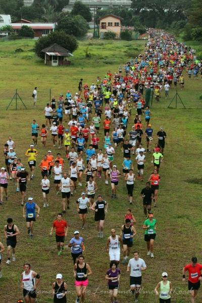 7.22 am : The chasing pack makes it way past the former signal hut at Tanjong Pagar.