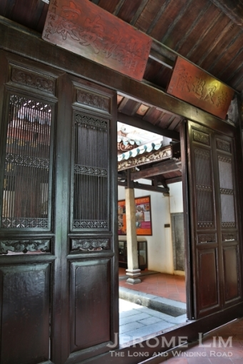The wooden screen at the entrance of the Fuk Tak Chi.