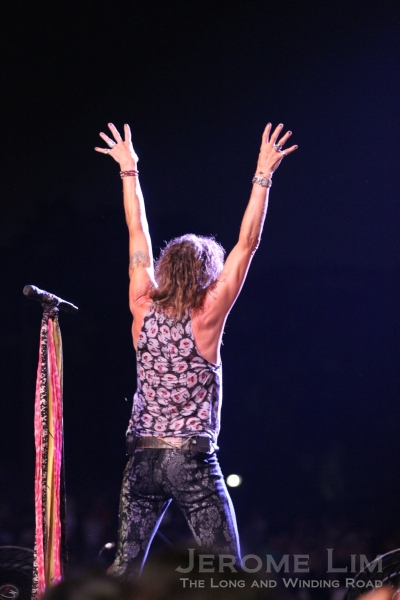 Steven Tyler waving to the crowd.