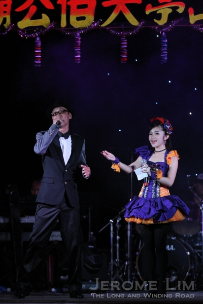 Host Wang Lei (王雷) also entertained - standing next to him is Lee Bao En (李宝恩 ), a young getai star from Johor.