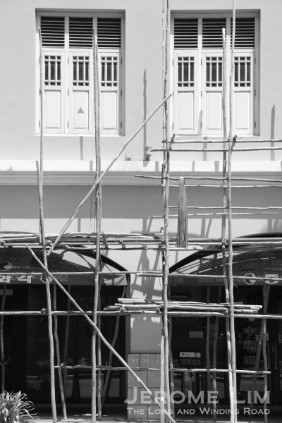 Bakau wood scaffolds being put at the Airview Building.