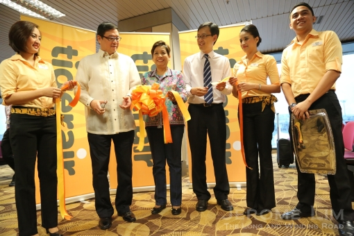 Tigerair Philippines VP for Commercial Joey Laurente (left in a Barong) cuts the ribbon together with Lim ChingKiat, Changi Airport Group SVP for Market Development. Witnessing the event is Philippine Ambassador to Singapore Minda Cruz.