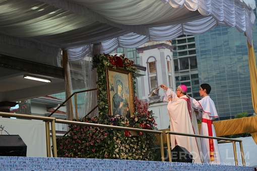The Archbishop blessing the image of Our Lady.