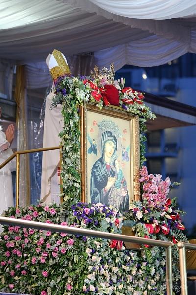 Archbishop William Goh crowing the image.