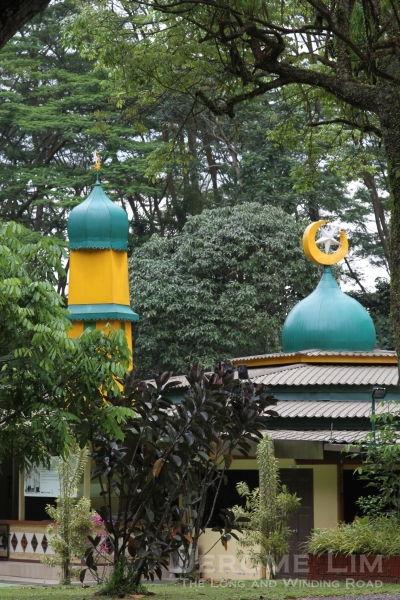 The nearby mosque in the woods (Masjid Petempatan Melayu).