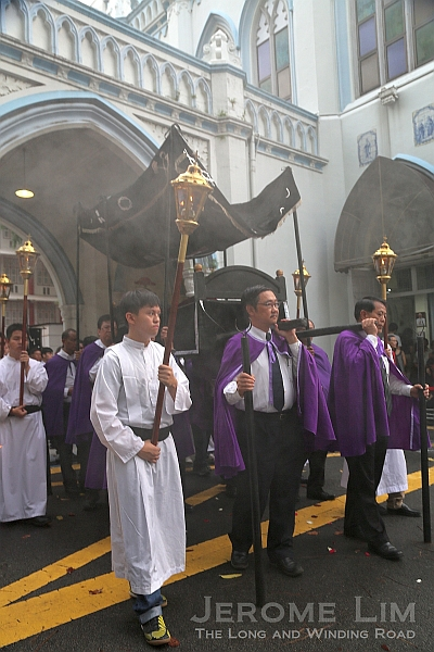 The bier being carried during the procession.