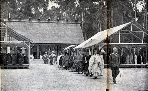 A worship ceremony involving Japanese troops at the opening of the Syonan Jinja in 1943 (source: http://www.himoji.jp/himoji/database/db04/images_db_ori/2200.jpg).