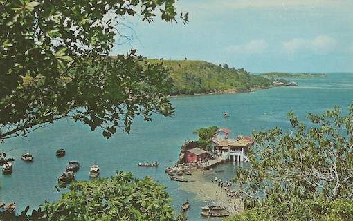 A postcard of Kusu Island at low tide, showing the smaller rocky outcrop on which the Tua Peh Kong Temple is, from the larger side (posted by Yun Xin on the Facebook Group 'On a little street in Singapore').