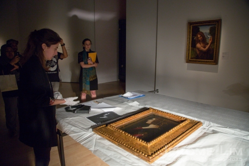 The painting is examined for damage after being unpacked by an expert from Pinacoteca Ambrosiana. A report of an examination prior to packing is used as reference.