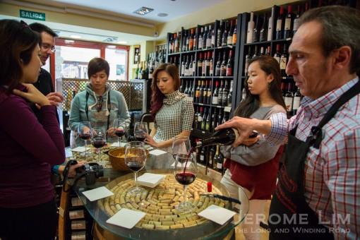 Wine appreciation experience at Esencias del Gourmet.