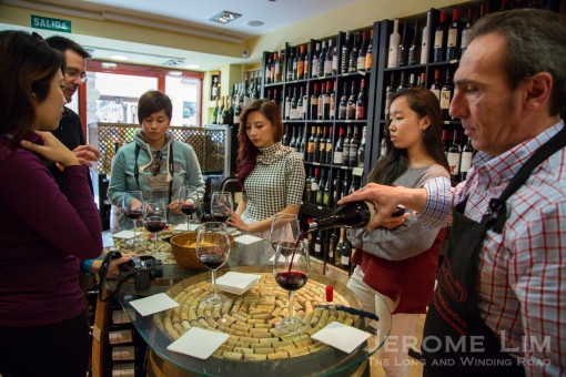Wine appreciation experience at Esencias del Gourmet.