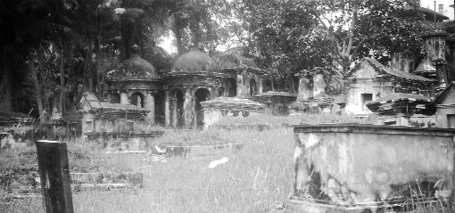 The southwest area of the cemetery with the cuploas clearly visible. Possibly taken in the late 1940s it is from a wonderful online collection of photographs taken in Singapore from 1948 to the mid-1950s by Richard Stone (online: http://www.stone-family.info/stone-richard-photos.html).
