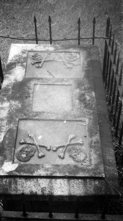 Close-up of a tomb, possibly taken in the late 1940s by Richard Stone (online: http://www.stone-family.info/stone-richard-photos.html).