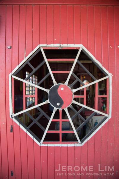 A window into the Datuk Kong temple.