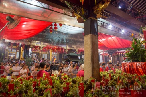 The crowd at the Thian Hock Keng on the eighth night.