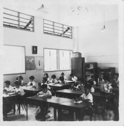 A classroom in the 1950s (posted by Chong Meng on the Lee Kuo Chuan Primary School Facebook Group).