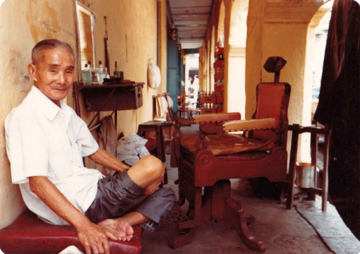 A five-foot-way barber in the area - such trades were moved in the 1970s and 1980s (source: Mike Fong on 'On a Little Street in Singapore').